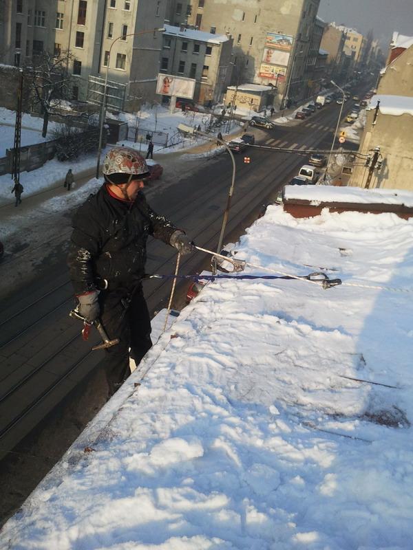 usuwanie śniegu z dachu - technika alpinistyczna